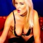Blonde Hure vor der Webcam